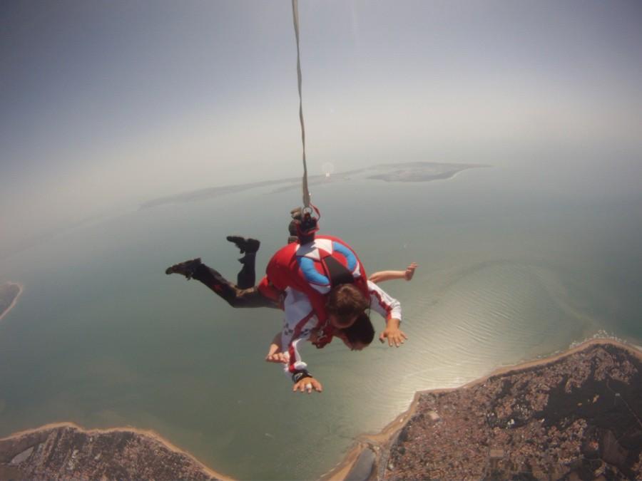 offrez, ou offrez vous un saut en parachute face à l'île de Ré en Vendée, offre promo à 250 Euros.